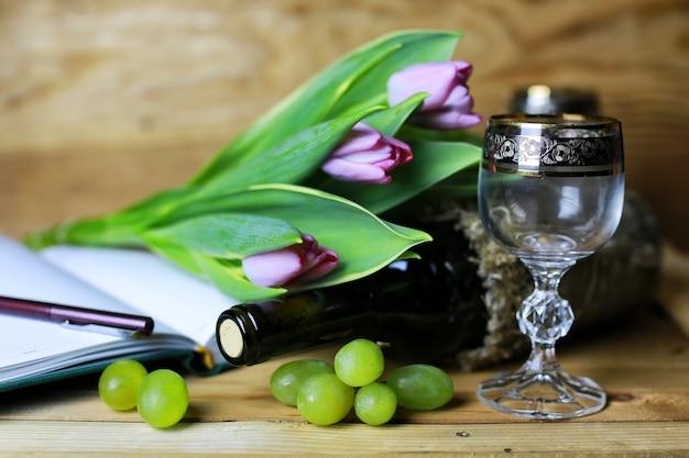 Libro bottiglia di vino e uva in vetro