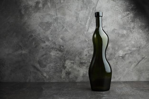 Bottiglia di vino su uno sfondo concreto. spazio libero per l'iscrizione.