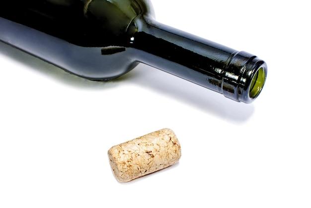 Bottiglia di vino e sughero isolato su bianco