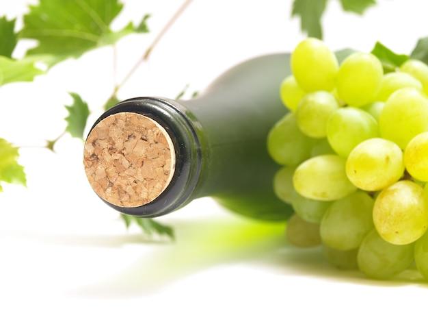 Bottiglia di vino isolata su bianco