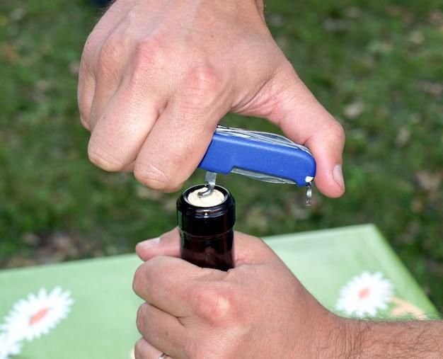 Apertura della bottiglia di vino