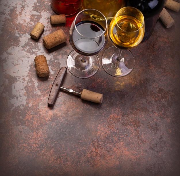 Bottiglie di vino e vetro sul tavolo con copia spazio, sfondo