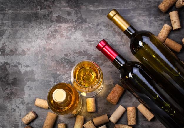 Bottiglie di vino e vetro sul tavolo con copia spazio, vista superiore