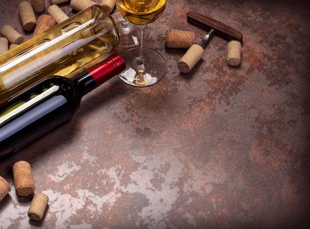 Bottiglie di vino e vetro sul tavolo