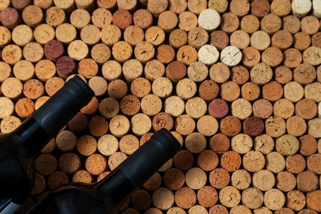 Bottiglie di vino su un di sughero usato tappi per vino