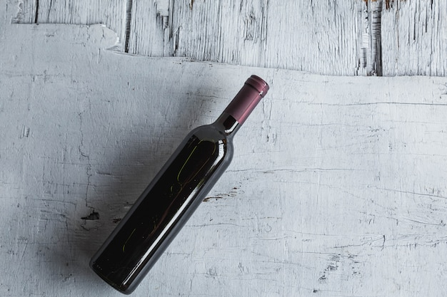 Bottiglie di vino sulla superficie di legno bianca