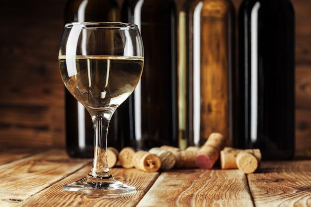 Bottiglie di vino con vetro