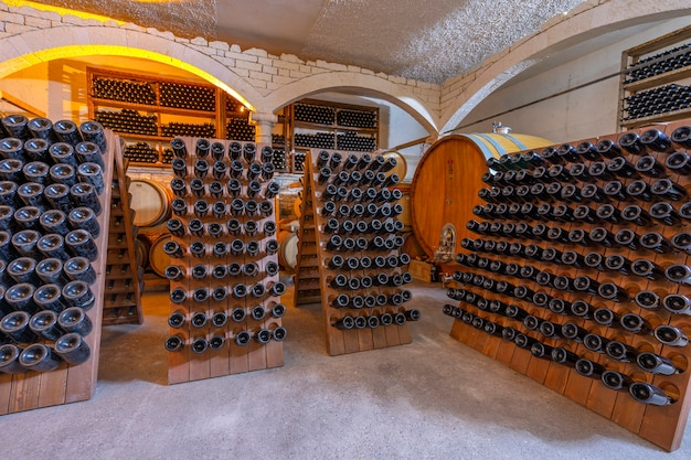 Cantina con botti e bottiglie