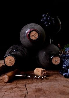 Cantina con bottiglie con polvere e uva