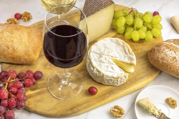 Degustazione di vini e formaggi Foto Premium