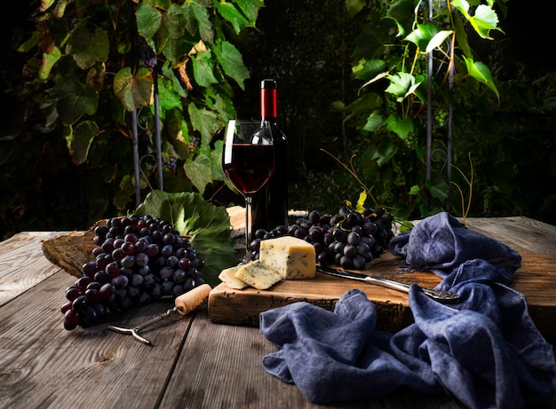 Bicchiere di vino e formaggio su un tavolo di legno.