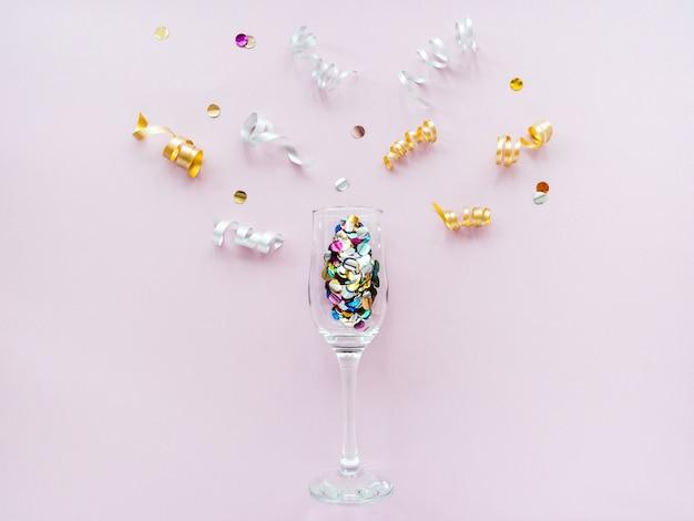 Bicchieri di vino pieni di coriandoli come lo champagne