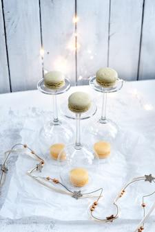 Bicchieri di vino e biscotti di amaretti pastello su sfondo bianco Foto Premium
