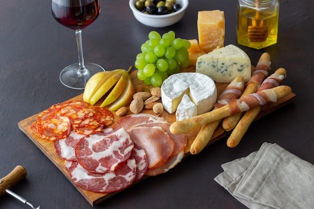 Spuntino di vino. jamon, camembert, chorizo, mandorle, gorgonzola, parmigiano. antipasti. antipasto di vino.