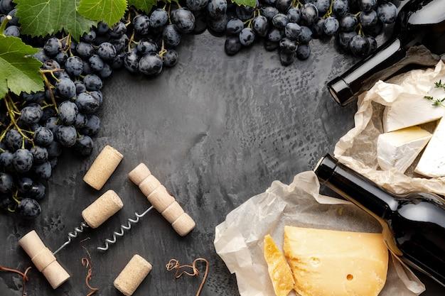 Composizione cornice still life vino bottiglie vino formaggi uva cavatappi