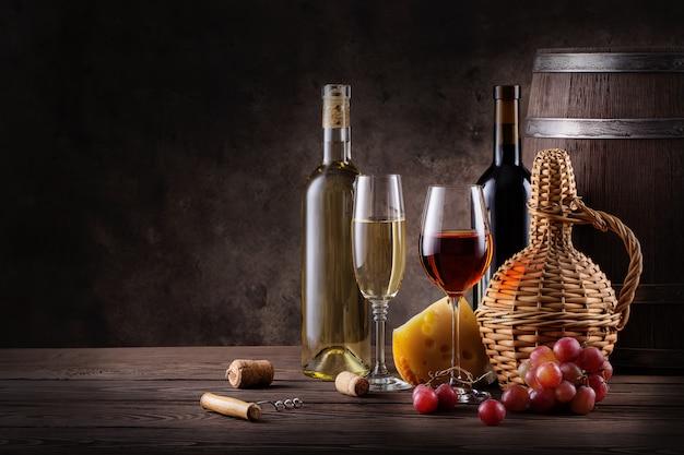 Natura morta del vino su una tavola di legno