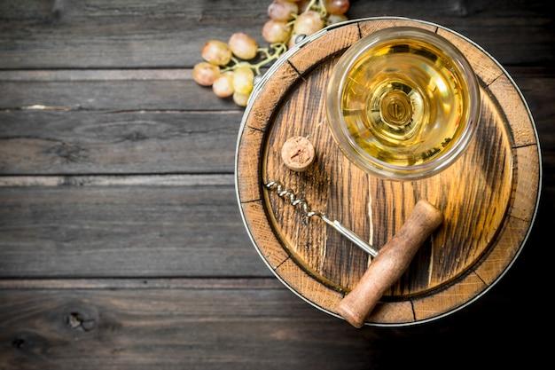 Superficie del vino. una vecchia botte di vino bianco. su una superficie di legno.