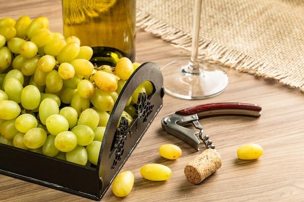 Tavolo da vino con formaggio e uva