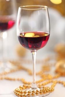 Bicchieri da vino su sfondo di luci sfocate