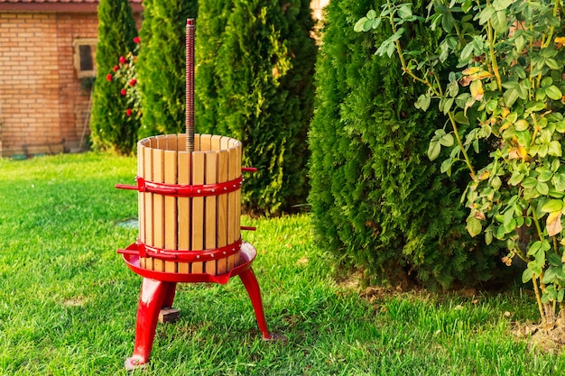 Macchina del torchio, frantoio. vendemmia. attrezzature speciali per la produzione di vino, vinificazione all'aperto con copia spazio. concetto di piccola impresa artigianale, vino fatto in casa. cantina d'autunno.