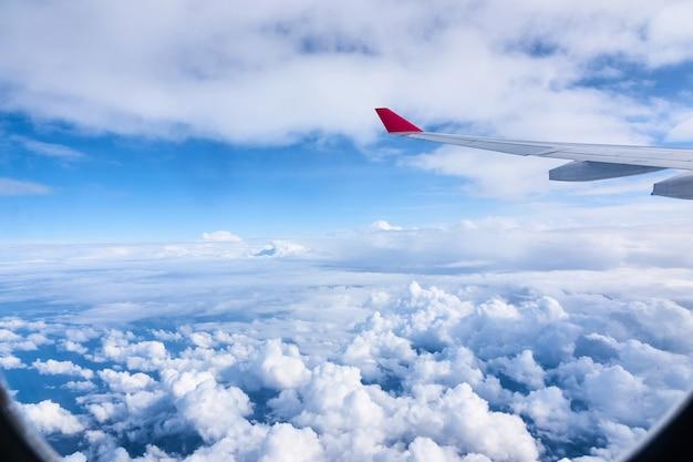 Aeromobili ad ala nella finestra dell'aeroplano. vista del cielo e delle nuvole attraverso il finestrino del velivolo.