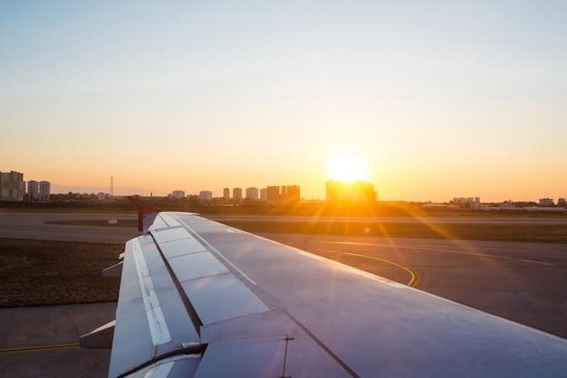 L'ala dell'aereo contro il cielo durante il volo.