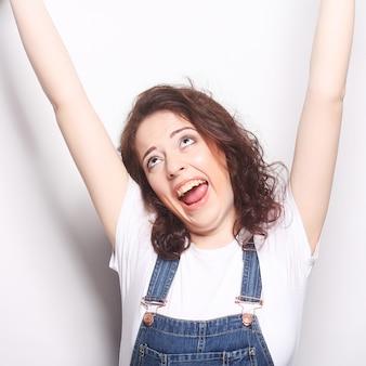 Estatico felice della donna di successo di conquista che celebra essere un vincitore.