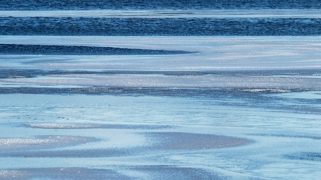 Sfondo astratto invernale con acqua e ghiaccio sul fiume