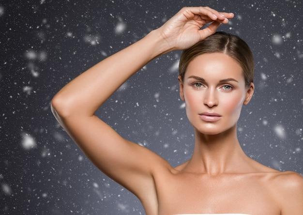 La donna delle ascelle di inverno passa la bellezza. colpo dello studio.