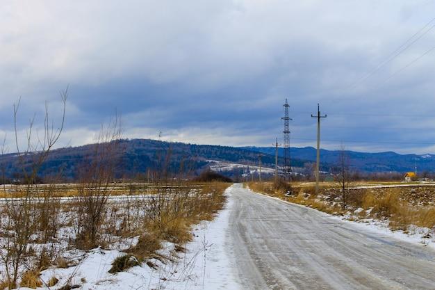 Strada asfaltata invernale nelle montagne dei carpazi, ucraina
