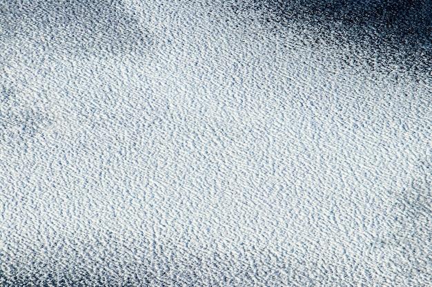 Sfondo invernale, ghiaccio coperto di neve, trama di neve