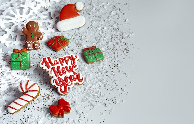 Sfondo invernale con decorato con glassa pan di zenzero, fiocchi di neve e coriandoli vista dall'alto. felice anno nuovo e concetto di natale.