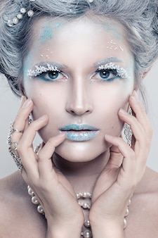 Inverno bellezza donna modella bella ragazza con neve acconciatura e trucco festa di festa trucco