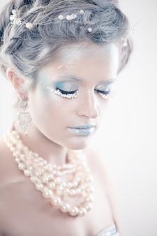 Modello di moda donna di bellezza invernale