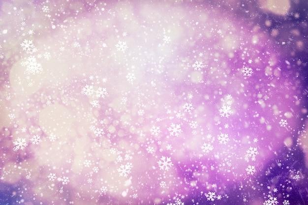 Cielo blu invernale con neve che cade, fiocco di neve. priorità bassa di inverno di festa per buon natale e felice anno nuovo.