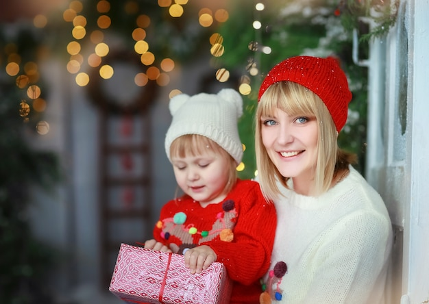 Inverno natale mamma e figlia famiglia di due persone