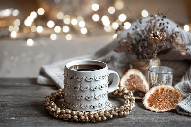 Composizione invernale con una bella tazza di bevanda calda con bokeh.
