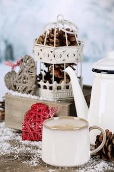 Composizione invernale con bevanda calda sulla natura