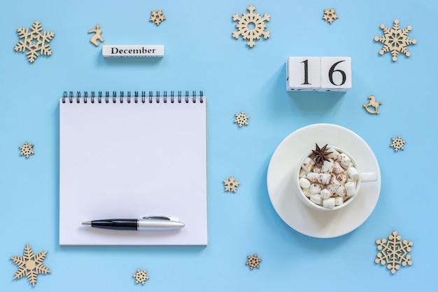 Composizione invernale. calendario in legno 16 dicembre tazza di cacao con marshmallow e anice stellato