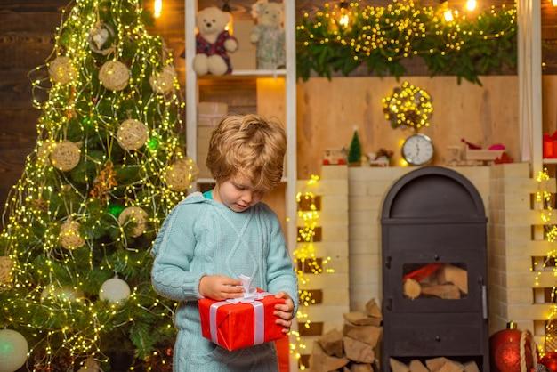 Servizio di consegna invernale per bambini bambino felice con confezione regalo di natale simpatici bambini che celebrano il ch...