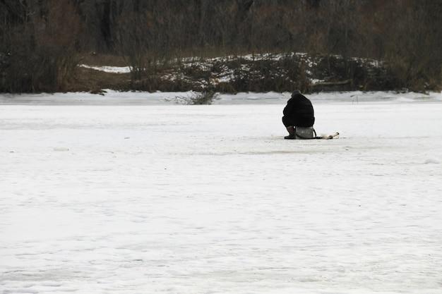 Pesca invernale sul lago
