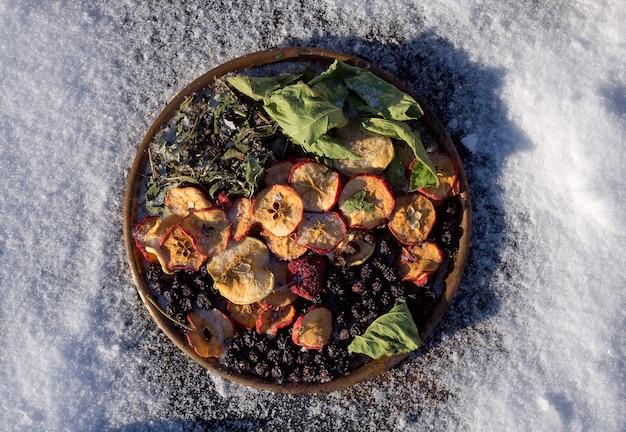 Winter flat giaceva sul tè biologico con mela secca, tisana, foglia,