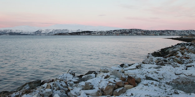Tramonto di declino del lago congelato inverno