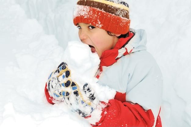 Winter fun kid giocando divertendosi nella neve