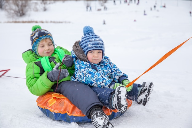 Divertimento invernale, neve, slittino in inverno