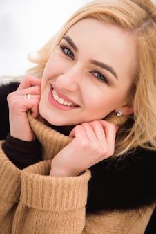 Divertimento invernale ragazza, bella bionda sulla neve