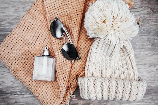 Cappello invernale, sciarpa e occhiali da sole
