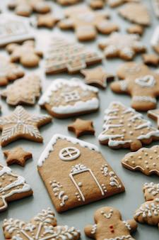 Vacanze invernali patterna set di pan di zenzero la disposizione dei biscotti a forma di casa