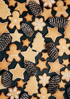 Modello di vacanza invernaleun set di pan di zenzero il layout del modello su uno sfondo scuro
