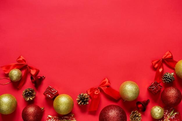 Concetto di vacanze invernali. palle di natale rosse e oro su sfondo rosso.